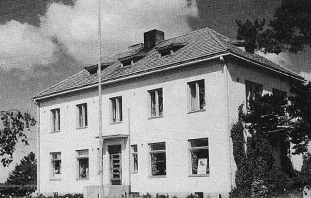 Vanha Kiteen Säästöpankin kivirakennus valmistui syksyllä 1936 saman vuoden helmikuussa palaneen talon paikalle. Pankki toimi siinä vuoteen 1962. Sen jälkeen talossa oli mm. Sylvi Piiroisen pitämä Pajarin Baari, Veera Volotisen kampaamo ja Seppo Piiroisen omistama Kiteen Autokoulu. Talo purettiin 1980-luvulla.