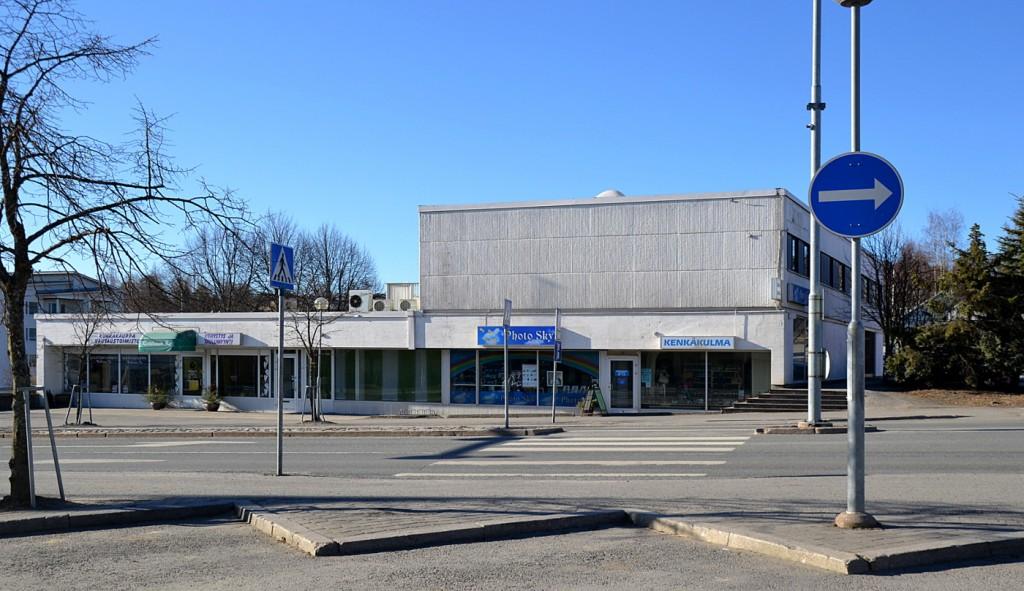 Pohjoismaiden Yhdyspankin 1960-luvulla rakennuttaman liike-asuintalon julkisivua hallitsevat 2014 Photo Skyn ja Kenkäkulman kyltit. Ratilaisen kukkakauppa muutti alkuvuodesta Kiteentie 14:ään. Suomen Yhdyspankiksi nimensä muuttanut pankki muutti 1993 entisiin Säästöpankin tiloihin Kiteentie 13. Vuosikausia talossa olivat myös Tapiolan ja Vakuutusyhtö Pohjolan toimistot.