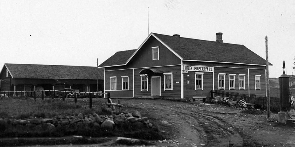 Osuuskaupan päämyymälä 1930-luvulla. Bensiinimittarikin oli jo hankittu. Talo oli ostettu kauppias Matti Björniltä vuoden 1920 tienoilla, tosin ilman oikealla näkyvää asuntosiipeä.    Kun uusi päätoimitalo valmistui tien toiselle puolelle 1938, jäi tämä talo henkilökunnan asunnoksi.