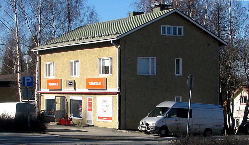 Kiinteistön rakennuttivat 1960-luvulla Hilma ja Simo Saukkonen. Simo oli asentajana Pohjois-Karjalan Sähköllä. Talossa on ollut kelloseppä Ruotsalaisen liike sekä Toivo Paasun omistama Pala-Paasu -niminen kangaskauppa. Talon vasemmassa päässä on toiminut 1990-luvun alussa myös Radio Andersson -kodinkonemyymälä sekä jossain vaiheessa myös Hankkijan toimisto. Nykyisin kiinteistön omistaa Lauri Tarkkonen. Talossa toimii Turvatalo -ketjuun kuuluva Mika Karhapään omistama lukkoliike, aikaisemmalta nimeltään Kiteen Lukko.