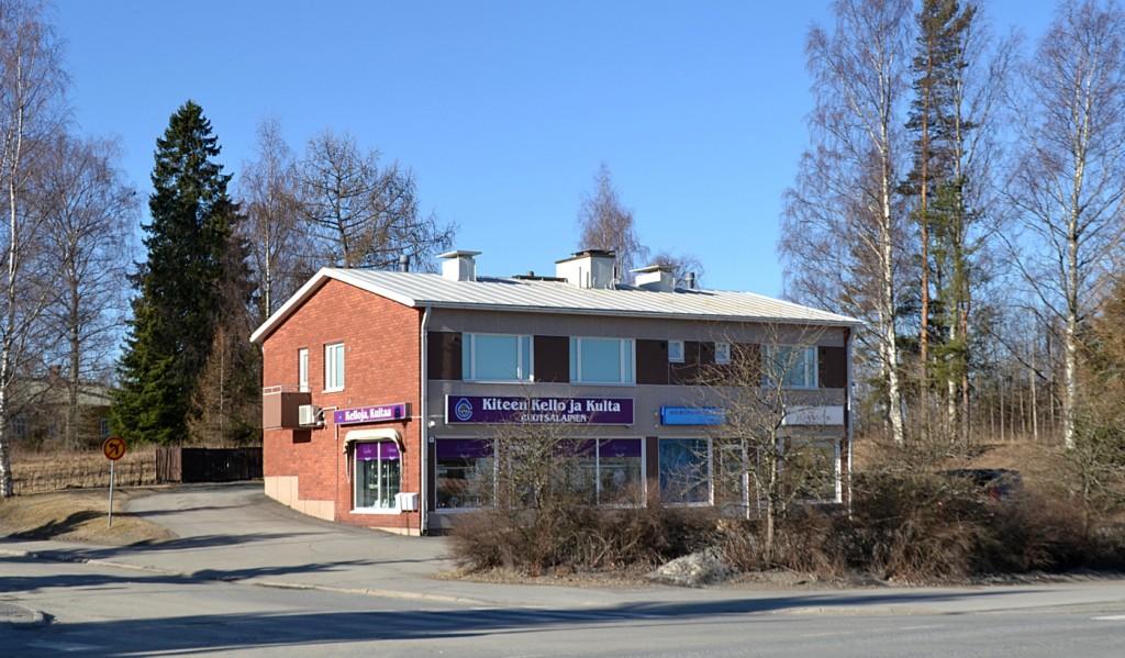 Kiteen Kello ja Kulta Ruotsalaisen talo on rakennettu kanttori Tiaiselta ostetulle  tontille 1964. Katutason vasen puolisko on ollut koko ajan Ruotsalaisen liikkeen  käytössä. Oikeassa puoliskossa on ollut eri aikoina vuokralla useita liikkeitä, mm.  vaatekauppa, Sanomalehti Karjalaisen asioimisto, radio- ja TV-liike , parturi,  kauneushoitola ja hieroja. Yläkerta on asuinkäytössä.