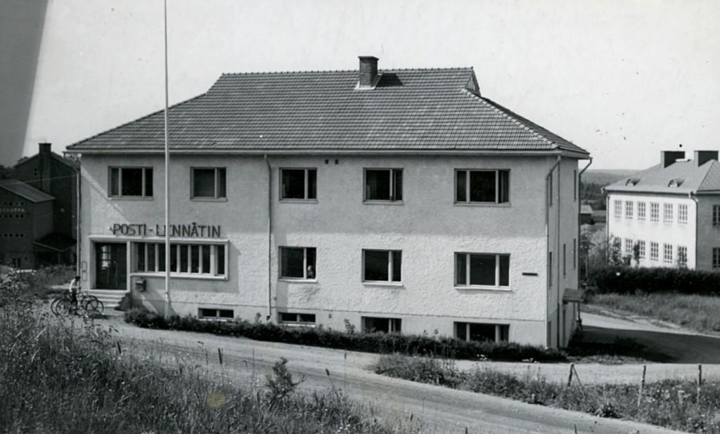 Kiteen Telefooni Oy:n puhelinkeskus sijaitsi kauan Heikki Kähkösen pienessä talossa nykyisen LähiTapiolan tontilla (Kiteentie 7). Siinä keskuksen laajentaminen ei ollut mahdollista. Toivottiin valtion rakentavan postia varten talon, johon myös keskus voitaisiin siirtää. Kiteen puhelinliikenne siirtyi valtiolle 1954  Alakerrassa oli postikonttori ja puhelinkeskus, yläkerrassa asuntoja. Puhelintilaajien määrän kasvaessa alakerran tilat eivät riittäneet, ja lopulta koko yläkerta otettiin keskuksen käyttöön.