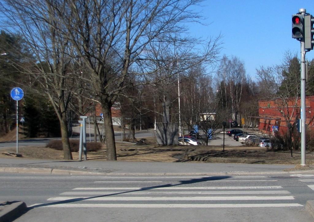 """Tienristin tontin etuosa Kiteentien ja Hovintien itäpuolisessa kulmauksessa on nykyisin puistona. Paikalla on 2000 pystytetty kiteeläisen taiteilijan Ahti Pitkäsen tekemä veistos """"Vesi""""."""