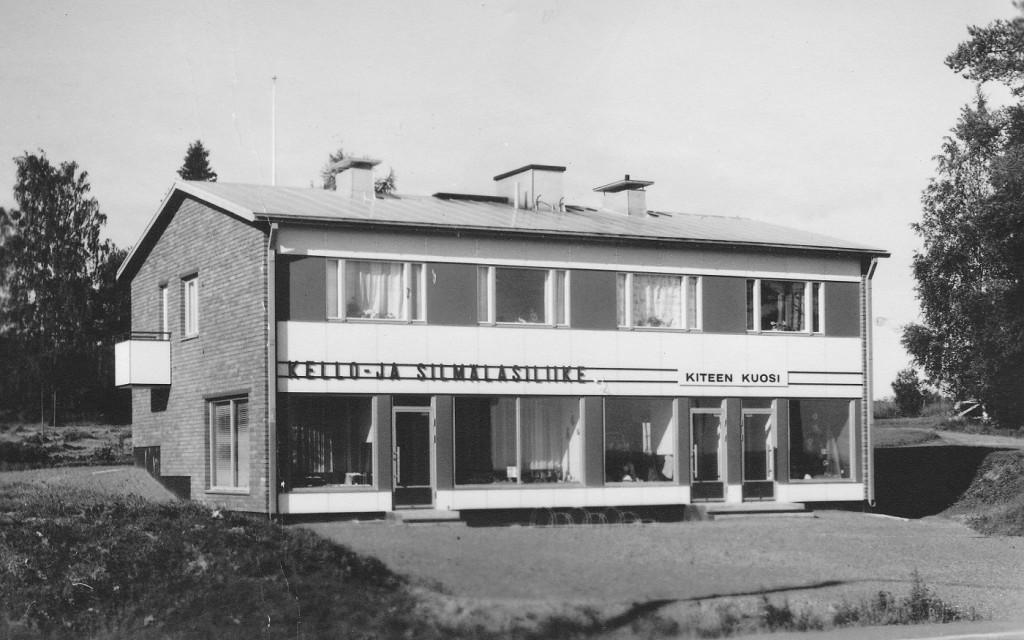Liikkeen nimi oli aikaisemmin Kello- ja silmälasiliike. Sen perustajalla Erkki Ruotsalaisella oli myös optisen alan koulutus, mutta seuraava sukupolvi on keskittynyt kelloihin ja koruihin.