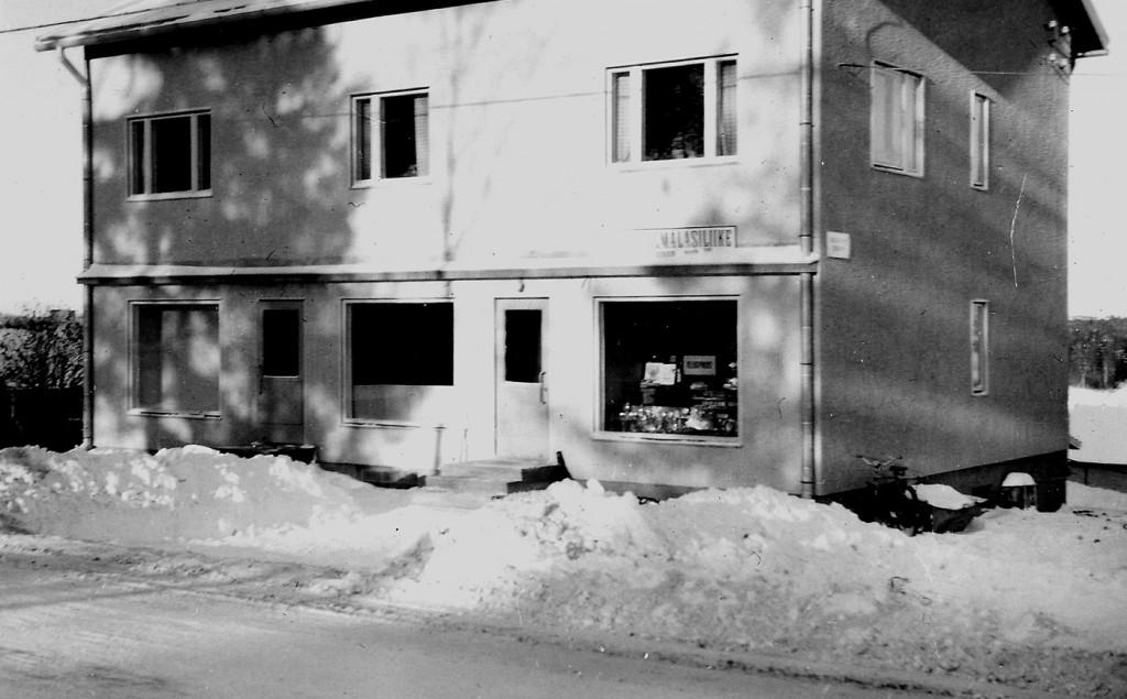 Ennen oman talon rakentamista liike toimi tien toisella puolella (Kiteentie 19) Hilma ja Simo Saukkosen talossa.
