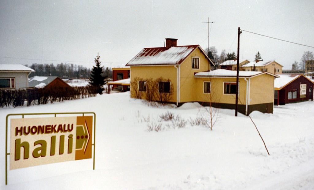 Huonekaluhalli Björnin talon takana